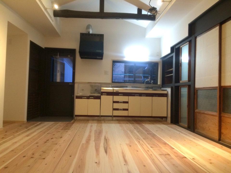キッチンは元あったものをそのまま残した。床は杉の板張りで夏はひんやり涼しく、冬は暖かい。